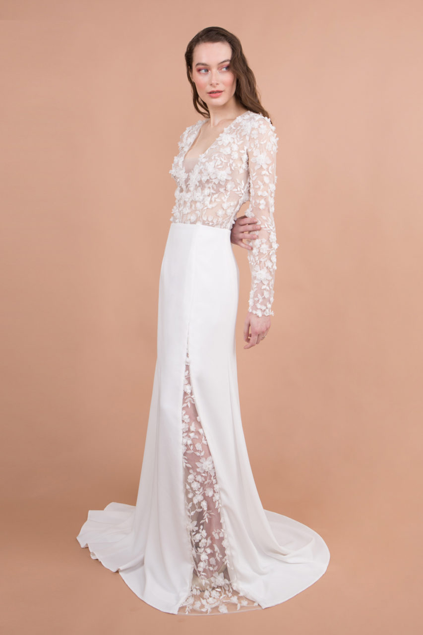 robe de mariée manches longues fendue devant et dentelle fleurs