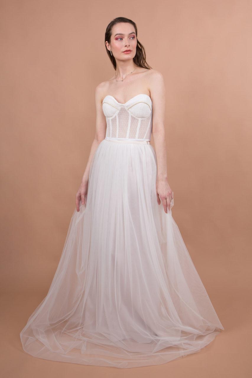 Ensemble de mariage avec un haut corset et une jupe en tulle