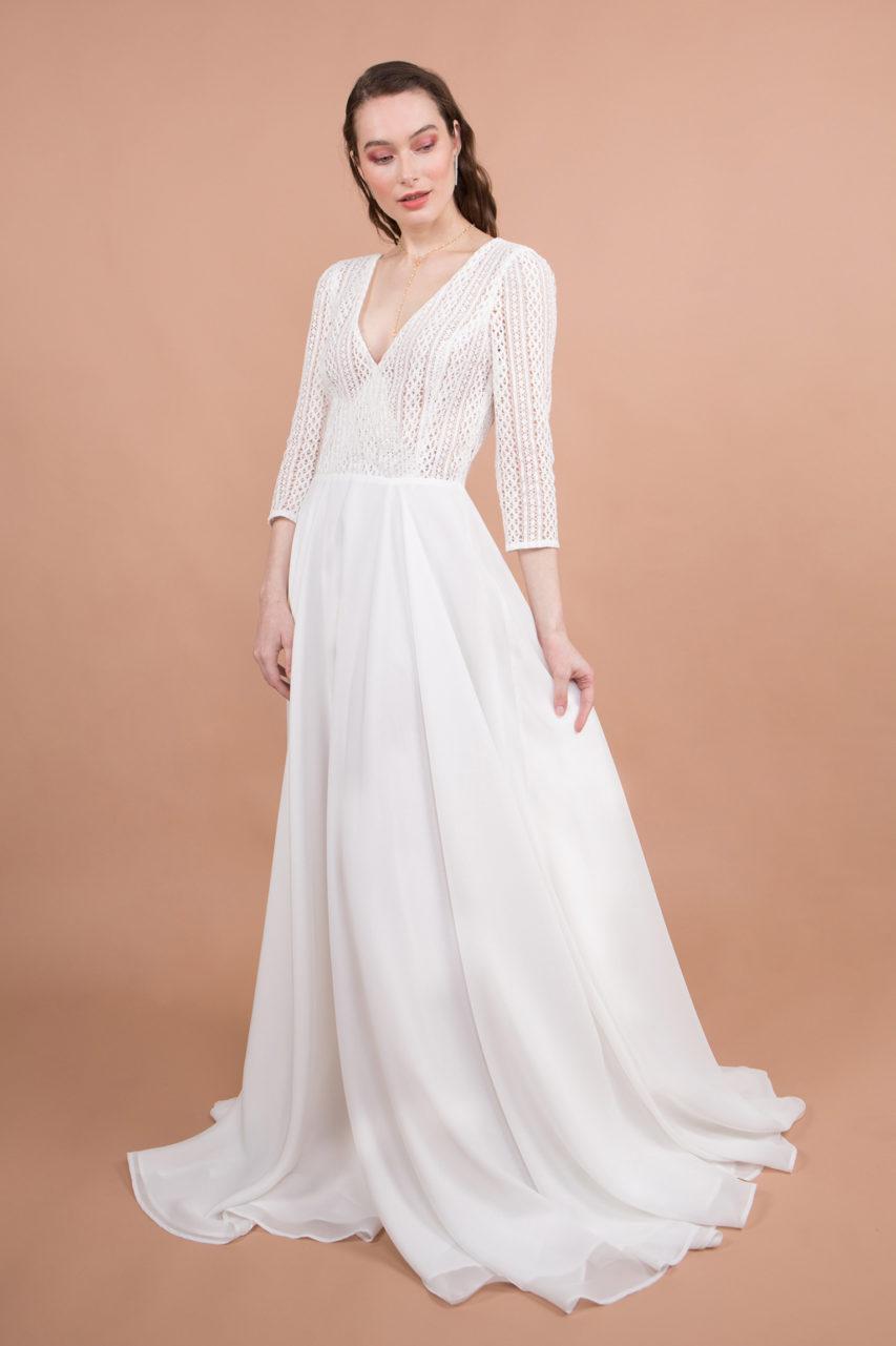 robe de mariée en dentelle et bas fluide en mousseline